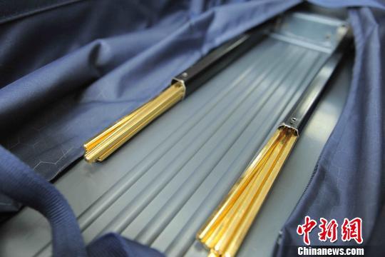 青岛海关查获私运黄金出境案行李箱拉杆中藏黄金近八公斤