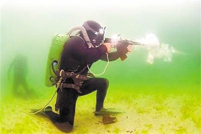 """水下步枪打连发,""""挤开""""水流向前进"""