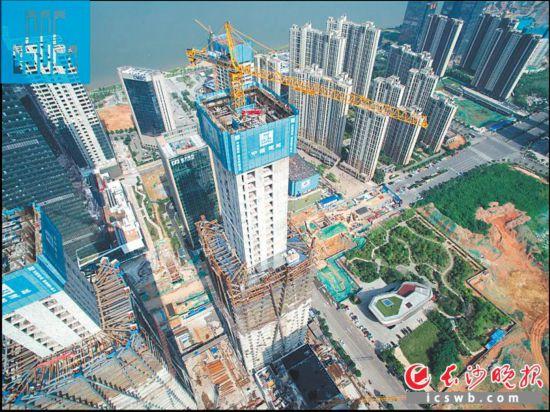 昨日,位于湖南金融中心的湘江财富金融中心B座塔楼主体结构顺利封顶,该建筑高258米,楼顶将建直升机停机坪。长沙晚报通讯员  陈昕汝 摄