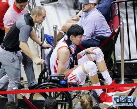 (体育)(5)篮球――NBA季前赛:周琦受伤退场
