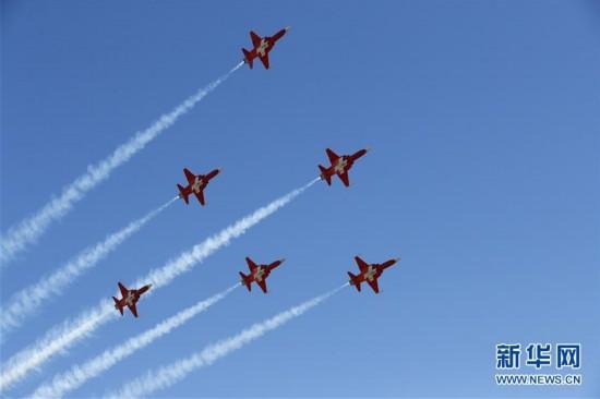 (国际)(3)瑞士空军在阿尔卑斯山区进行训练表演