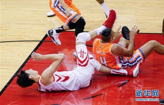 (体育)(1)篮球――NBA季前赛:周琦受伤退场