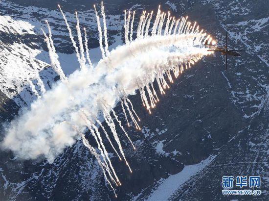 (国际)(4)瑞士空军在阿尔卑斯山区进行训练表演