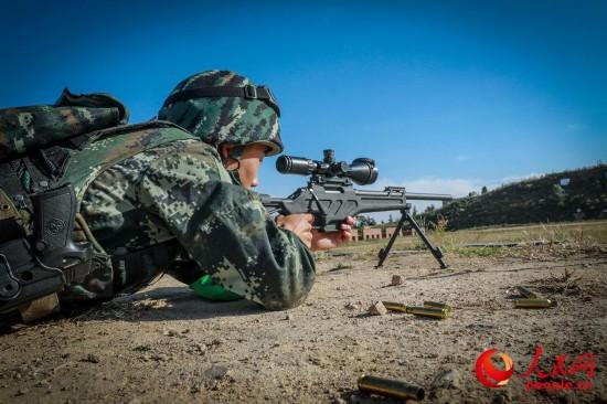 一名狙击手已卧在射击地线近1小时,仅仅打出六发弹。赵江涛摄