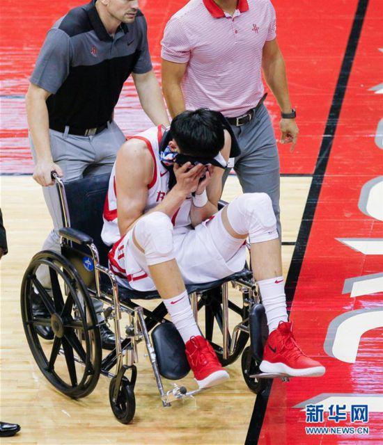 (体育)(3)篮球――NBA季前赛:周琦受伤退场