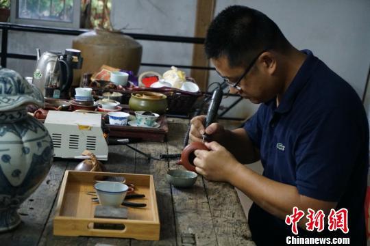 福州锔瓷匠人陈建国:千年传统工艺的传承与创新