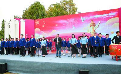 南京儒雅少年用朗诵经典形式传播中华传统文化