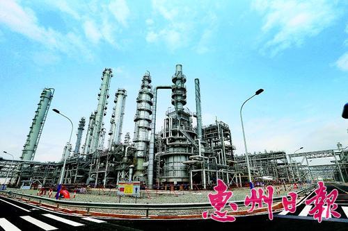 今年5月,随着中海壳牌化工二期项目投产,大亚湾石化区炼化一体化规模跃居全国首位。 本报记者黄俊琦 摄