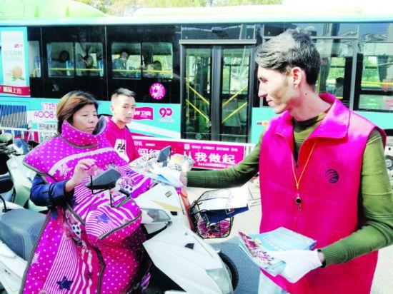 淮安留学生路口执勤 助力全国文明城市创建