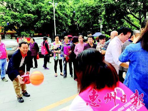 社区长者在志愿者的指引下玩游戏。