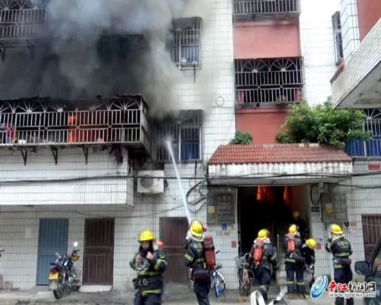 晋江青阳一套房突然着火 住户盲目扑救反被烧伤