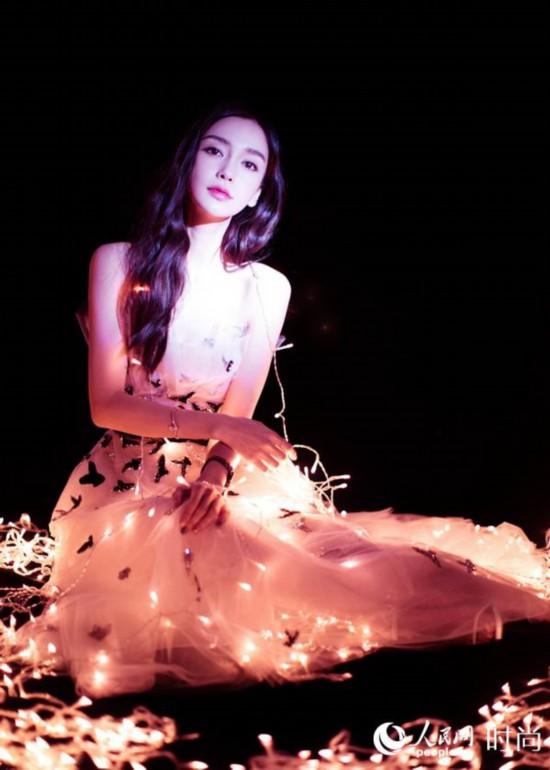 Angelababy帮粉丝现场求婚 穿白色抹胸蝴蝶礼裙美爆了
