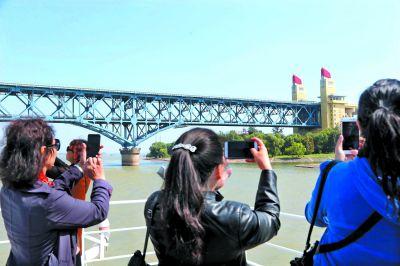 南京长江大桥换新颜 市民抢先拍照