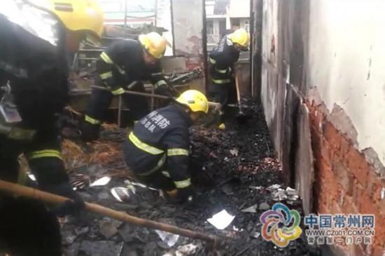 常州一民房发生火灾 男子报警称合租人被困