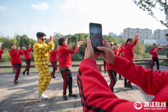 杭州奔九老太广场舞跳抖音神曲 喊话年轻人斗