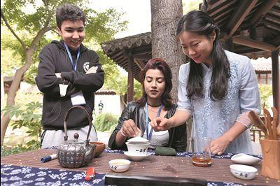 13个国家32位外国友人在南通体验重阳文化
