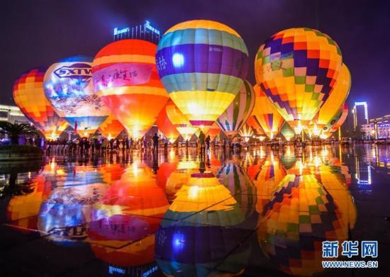 #(XHDW)(1)贵州兴义:多彩热气球点亮夜空