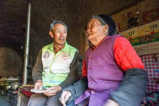 """""""闲不住""""的王福:抗癌四年却仍热心助人"""