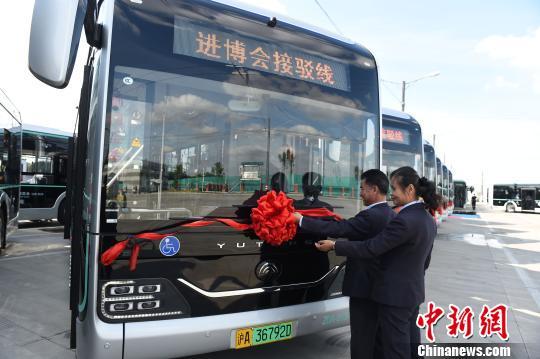 """新型纯电动公交车亮相""""进博会""""接驳线"""