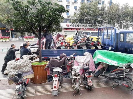 淮安200余辆车电动车占用盲道已被暂扣