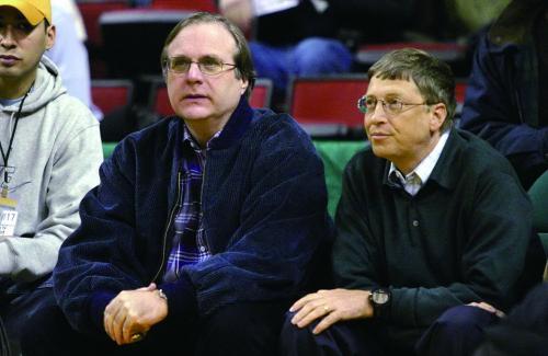 2004年,保罗・艾伦(左)与比尔・盖茨一起看球赛。