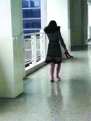 怕脚步声影响上课 常州一妈妈拎着高跟鞋跑了四层楼