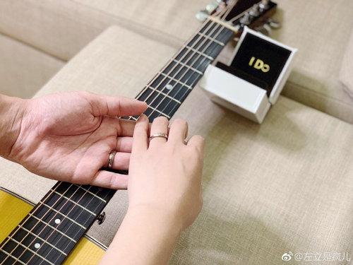 """快男左立宣布与""""熊小姐""""结婚凭借《董小姐》走红"""
