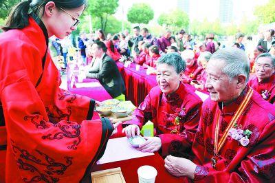 南京建邺办重阳主题活动 为功勋老人办金婚