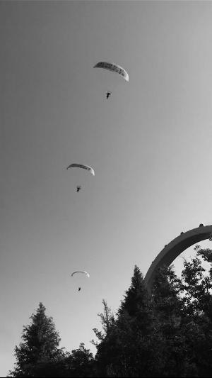 """驾驶动力伞在常州""""黑飞"""" 5人被警告"""