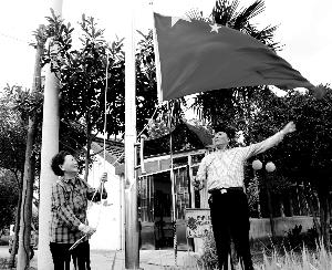 9年来南通海安老夫妻每天在家门口升国旗