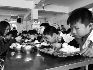 """泰州姜堰""""校餐惠""""管食堂 6.5元午饭有荤有素有水果"""
