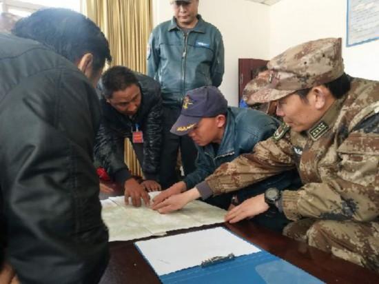 林芝军分区政委王卫红与飞行员一道商议直升机进堰塞湖勘察事宜。江涛 摄