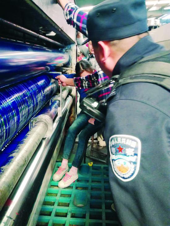 淮安女工右手卷进印刷机 20余人紧急营救2小时