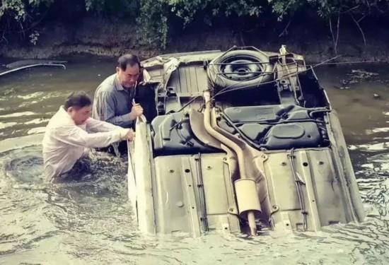 常州汽车冲入池塘四轮朝天 三位路人跳河救人