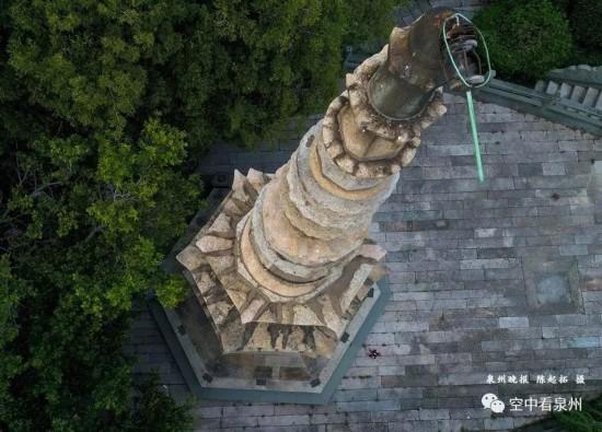 江上塔就是溜石塔,12层的实心石塔,通高12.6米。