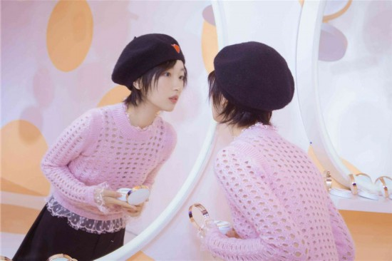 周冬雨粉色和黑色搭配优雅又?#30343;?#23569;女感