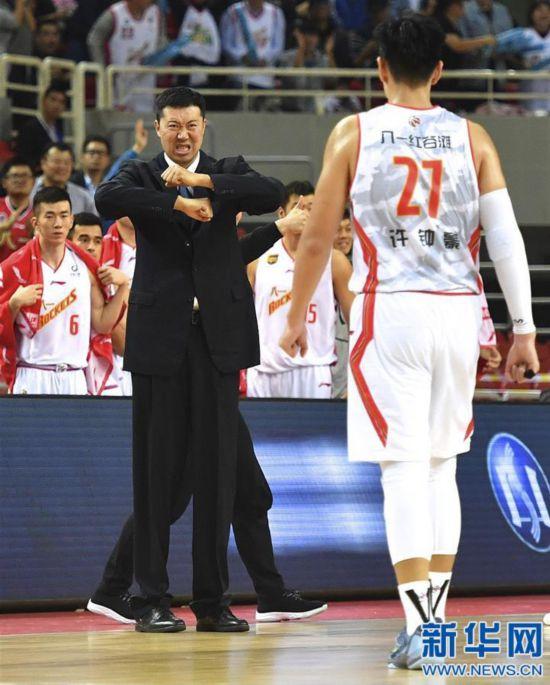 (体育)(1)篮球――王治郅首次以主教练身份亮相CBA新赛季赛场