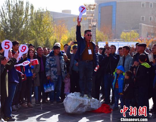 新疆且末縣5.89噸羊脂白玉山料拍出7100萬元