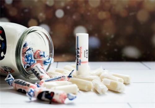 p84-1美加凈大白兔奶糖味潤唇膏,整個造型就像一顆糖一樣,它的扭結就作為一個開封,可以打開把潤唇膏拿出來,盡最大可能還原了奶糖的包裝。