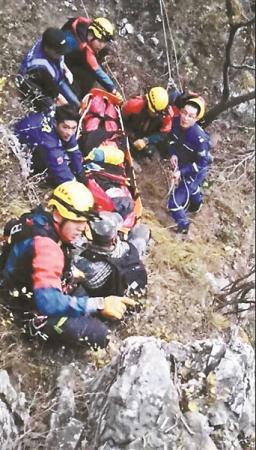 为救坠崖驴友警方启用直升机专家:驴友应缴