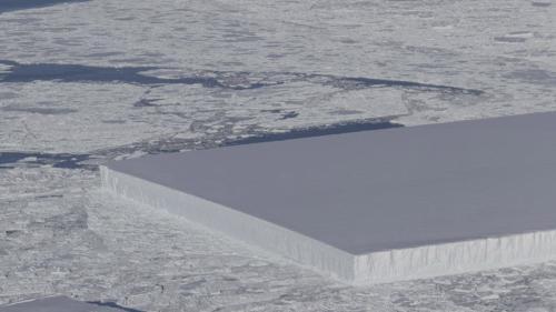 大自然的鬼斧神工:南极现奇特冰山 似完美切割(图)