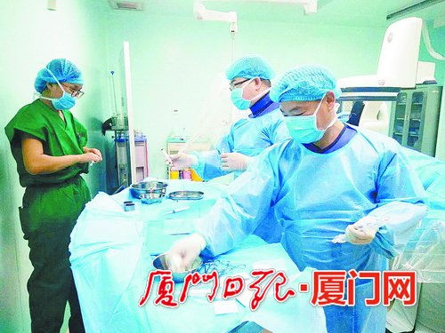 大学附属心血管病医院援疆专家江宏飞医生(右一)正进行心脏介入手术.