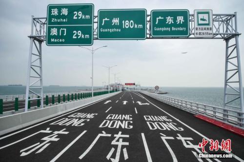 10月19日,港珠澳大橋開通在即,香港特區運輸及房屋局安排傳媒前往港珠澳大橋香港口岸及香港連接路進行拍攝。<a target='_blank'  data-cke-saved-href='http://big5.taiwan.cn/gate/big5/www.chinanews.com/' href='http://big5.taiwan.cn/gate/big5/www.chinanews.com/'><p  align=