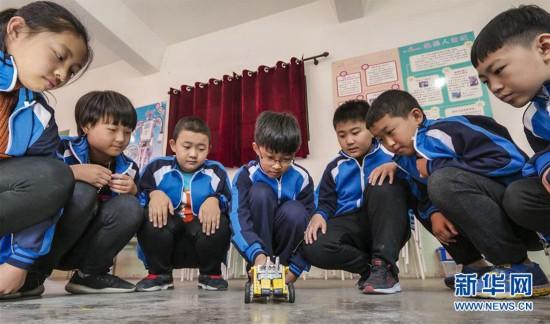 (教育)(1)河北武强:开设机器人课程 体验科技魅力