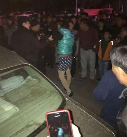 43岁男子穿短裙高跟鞋扮女装,趁夜色路边猥亵殴打小姑娘被抓