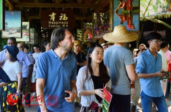 外媒记者点赞海南少数民族文化保护