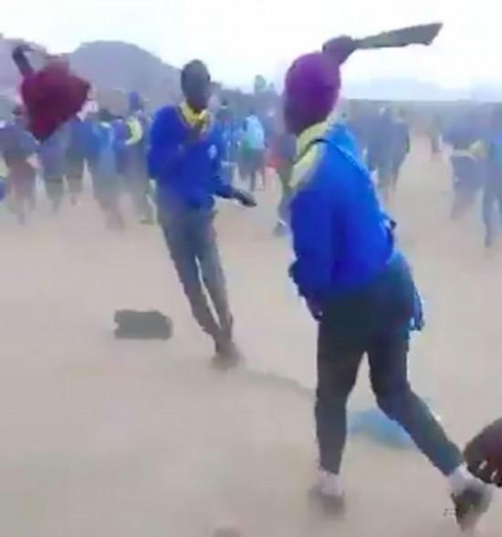 南非数十中学生持江山为聘书包网砍刀攻击他人校园暴力令人堪忧