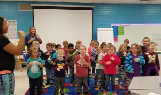 暖心!美国幼儿园小朋友集体用手语为聋哑老师庆生