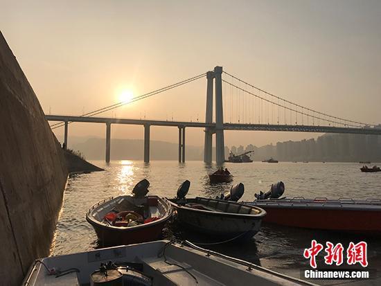 图为傍晚时分的万州区长江二桥。钟旖 摄