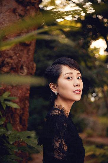 海清身穿复古雅致蕾丝裙 漫步葱郁秋日森林